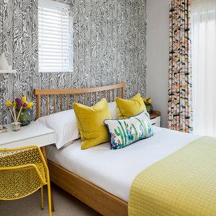 Esempio di una piccola cameretta per bambini eclettica con pareti grigie, moquette e pavimento beige
