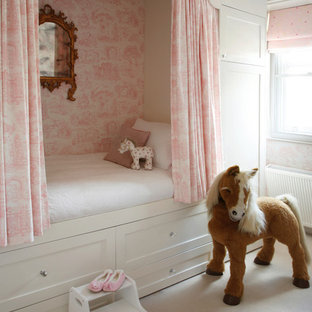 Идея дизайна: детская в викторианском стиле с спальным местом, ковровым покрытием и разноцветными стенами для ребенка от 4 до 10 лет, девочки
