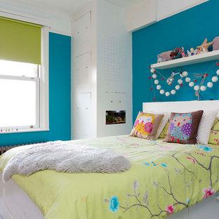 Diseño de dormitorio infantil de 4 a 10 años, ecléctico, pequeño, con suelo blanco, paredes azules y suelo de madera pintada
