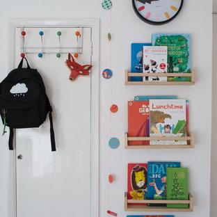 Ejemplo de dormitorio infantil de 4 a 10 años, nórdico, pequeño, con paredes blancas