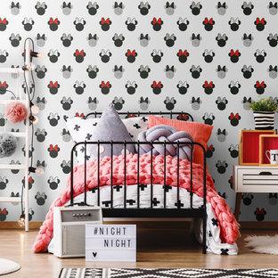 Immagine di un'ampia cameretta per bambini da 4 a 10 anni minimalista con pareti grigie, parquet chiaro e pavimento marrone