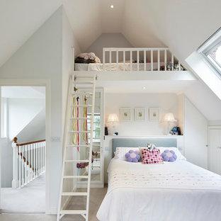 Inspiration för ett vintage flickrum kombinerat med sovrum, med vita väggar och heltäckningsmatta