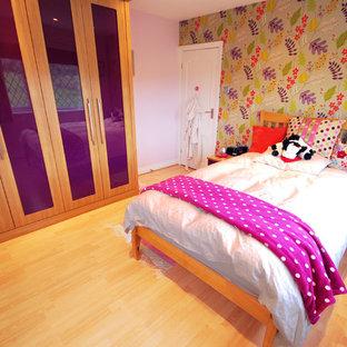 Foto de dormitorio infantil contemporáneo, de tamaño medio, con paredes rosas y suelo de madera clara