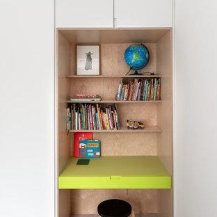 Idéer för ett modernt könsneutralt barnrum kombinerat med skrivbord och för 4-10-åringar, med vita väggar, ljust trägolv och beiget golv