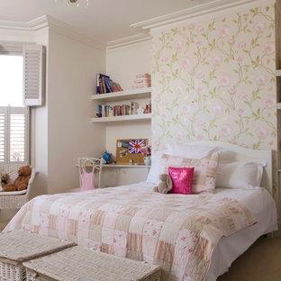 Bild på ett vintage flickrum kombinerat med sovrum, med heltäckningsmatta och vita väggar