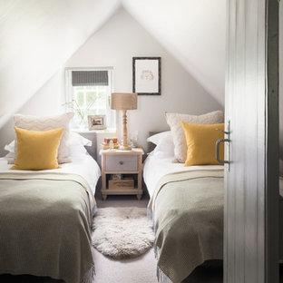 Foto de dormitorio infantil de 4 a 10 años, de estilo de casa de campo, pequeño, con paredes blancas, moqueta y suelo gris