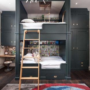 Idées déco pour une chambre d'enfant de 4 à 10 ans bord de mer avec un mur multicolore et un sol en bois foncé.