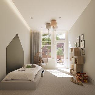 Idées déco pour une grand chambre d'enfant de 1 à 3 ans moderne avec un mur beige, moquette, un sol gris et un plafond décaissé.