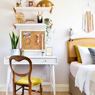 Immagine di una piccola cameretta per bambini da 4 a 10 anni eclettica con pareti beige, moquette e pavimento beige