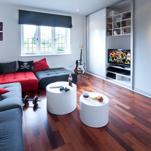 Immagine di una cameretta per bambini minimal di medie dimensioni con pareti bianche, parquet scuro e pavimento marrone
