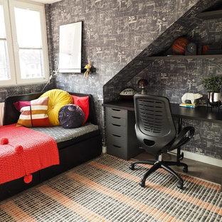 Esempio di una piccola cameretta per bambini da 4 a 10 anni minimal con pareti nere, pavimento in laminato e pavimento marrone