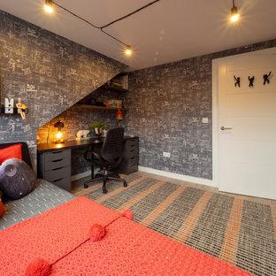 Idéer för ett litet modernt pojkrum, med svarta väggar, laminatgolv och brunt golv