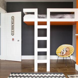 Mittelgroßes Modernes Kinderzimmer mit Arbeitsecke, bunten Wänden, dunklem Holzboden und braunem Boden in London