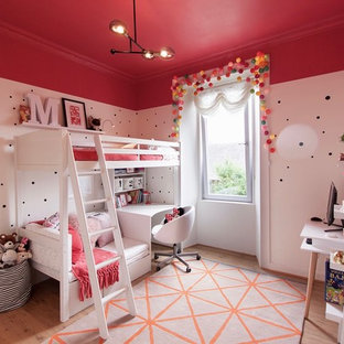 Idee per una cameretta per bambini da 4 a 10 anni contemporanea di medie dimensioni con parquet chiaro e pareti multicolore