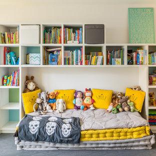 Immagine di una cameretta da letto contemporanea con pareti beige, pavimento in cemento e pavimento grigio