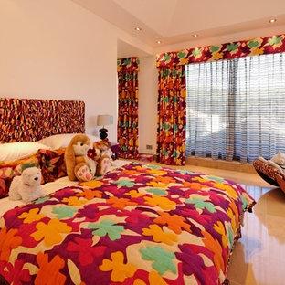 Großes Tropenstil Kinderzimmer mit Schlafplatz, beiger Wandfarbe und Kalkstein in Sonstige