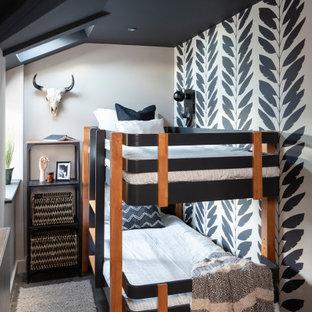 Esempio di una cameretta per bambini da 4 a 10 anni contemporanea di medie dimensioni con parquet scuro, pavimento marrone e pareti bianche