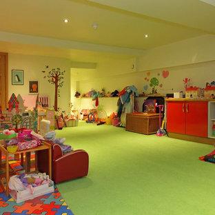 Esempio di una cameretta per bambini con moquette e pavimento verde