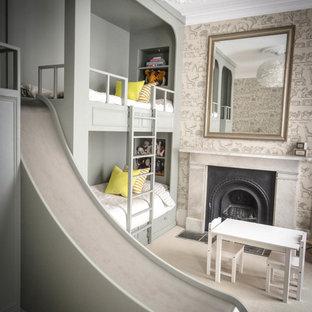 Bild på ett stort vintage könsneutralt barnrum kombinerat med sovrum och för 4-10-åringar, med grå väggar, heltäckningsmatta och beiget golv