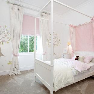 Foto på ett mellanstort vintage flickrum kombinerat med sovrum och för 4-10-åringar, med vita väggar och heltäckningsmatta