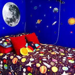 Diseño de dormitorio infantil de 4 a 10 años, minimalista, de tamaño medio, con paredes azules, suelo laminado y suelo marrón