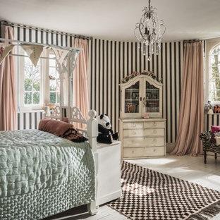 Modelo de dormitorio infantil romántico con paredes multicolor, suelo de madera pintada y suelo blanco