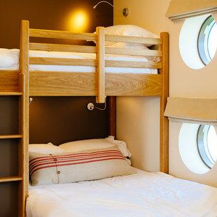 Ejemplo de dormitorio infantil de 4 a 10 años, rústico, con paredes marrones