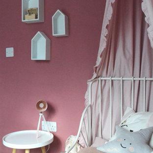 Idéer för ett litet nordiskt flickrum kombinerat med sovrum och för 4-10-åringar, med rosa väggar, laminatgolv och vitt golv