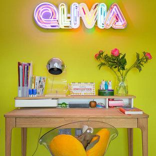 Esempio di una cameretta per bambini minimal con pareti gialle, moquette e pavimento blu