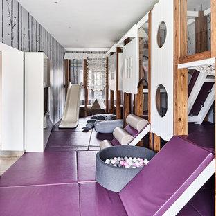 Bild på ett mellanstort funkis könsneutralt småbarnsrum kombinerat med lekrum, med grå väggar och lila golv