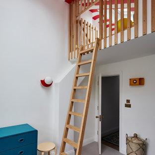 Inspiration pour une chambre d'enfant design avec un mur blanc, moquette, un sol gris et du papier peint.
