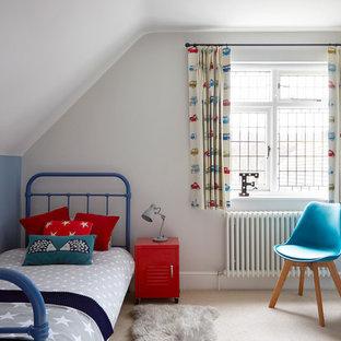 Klassisches Kinderzimmer mit Schlafplatz, bunten Wänden, Teppichboden und beigem Boden in London