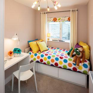 Esempio di una piccola cameretta per bambini da 4 a 10 anni minimal con pareti beige, moquette e pavimento grigio