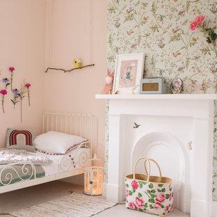 Esempio di una cameretta per bambini da 4 a 10 anni classica di medie dimensioni con moquette e pareti multicolore