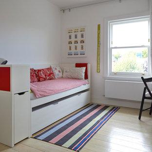 Imagen de dormitorio infantil escandinavo con paredes blancas y suelo de madera pintada