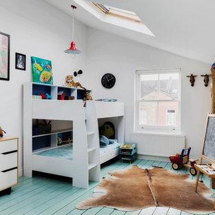 На фото: нейтральная детская в скандинавском стиле с спальным местом, белыми стенами, деревянным полом и бирюзовым полом для ребенка от 4 до 10 лет