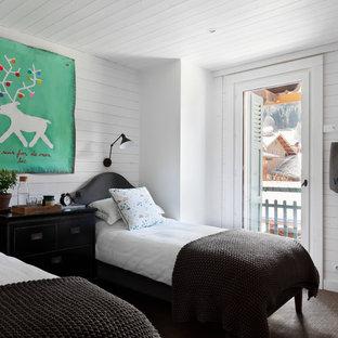 Réalisation d'une chambre d'enfant nordique avec un mur blanc et moquette.