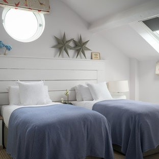 Bild på ett litet maritimt könsneutralt barnrum kombinerat med sovrum, med vita väggar