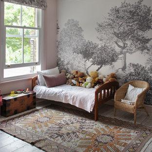 Свежая идея для дизайна: детская в стиле современная классика с розовыми стенами, деревянным полом, серым полом и спальным местом для ребенка от 4 до 10 лет, девочки - отличное фото интерьера