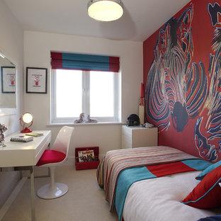 Bild på ett litet funkis könsneutralt tonårsrum kombinerat med sovrum, med flerfärgade väggar och heltäckningsmatta