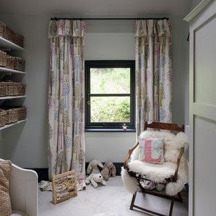 Idee per una piccola cameretta per bambini da 4 a 10 anni stile shabby con pareti bianche e moquette