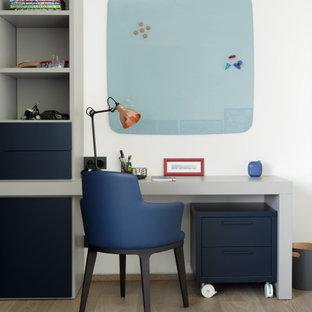 Ispirazione per una grande cameretta per bambini da 4 a 10 anni design con pareti bianche, pavimento in legno massello medio, pavimento marrone e soffitto a cassettoni