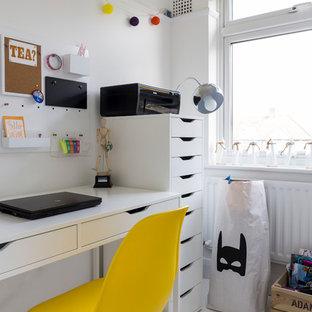 Diseño de dormitorio infantil escandinavo, de tamaño medio, con paredes blancas, suelo de madera pintada y suelo blanco