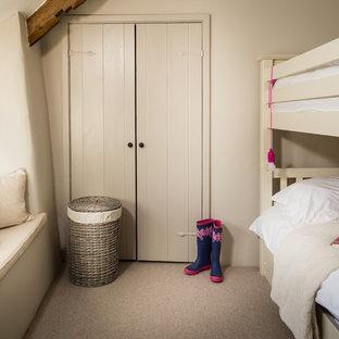 Inspiration för ett lantligt flickrum, med beige väggar och heltäckningsmatta