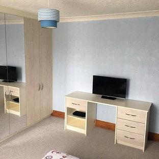 Imagen de dormitorio infantil minimalista, de tamaño medio, con paredes azules, moqueta y suelo beige