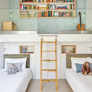 Mittelgroßes, Neutrales Retro Kinderzimmer mit weißer Wandfarbe, Teppichboden, Schlafplatz und beigem Boden in Surrey