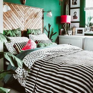 Diseño de dormitorio infantil bohemio con paredes verdes