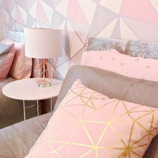 Modelo de dormitorio infantil minimalista, de tamaño medio, con paredes grises, suelo laminado y suelo blanco