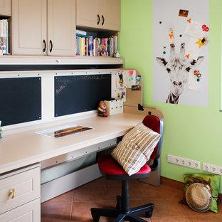 Cette image montre une petit chambre d'enfant design avec un mur vert, un sol en carrelage de céramique et un bureau.