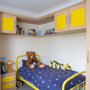 Exemple d'une chambre neutre de 4 à 10 ans chic avec un mur blanc.